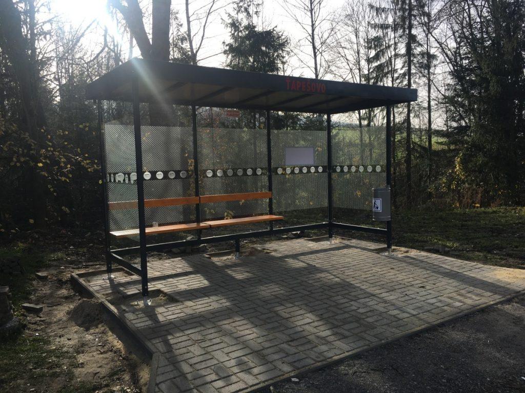 Autobusove-zastavky-pristresky-LARA-3A-instalujeme-na-zakladove-patky-pod-zamkovou-dlazbou