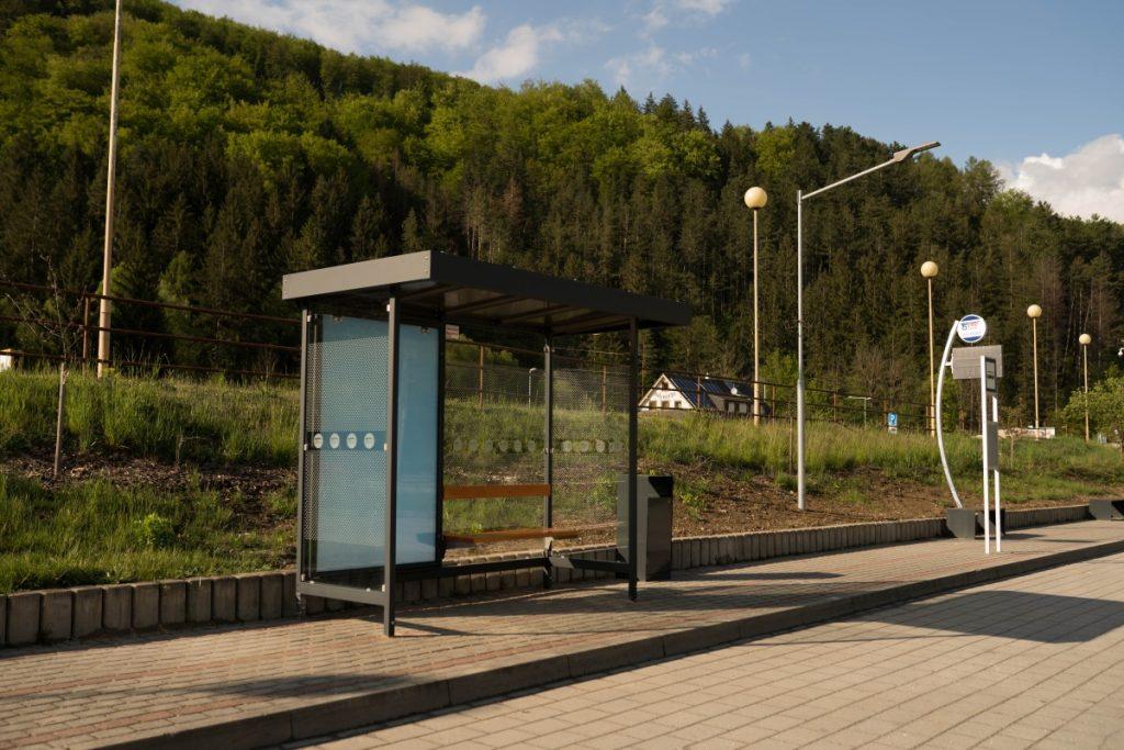 nove-moderne-autobusove-zastavky-LARA-2B11-s-integrovanym-led-citilightom-a-lavickou-vyrabame-a instalujeme-aj-v-uzkych-chodnikoch