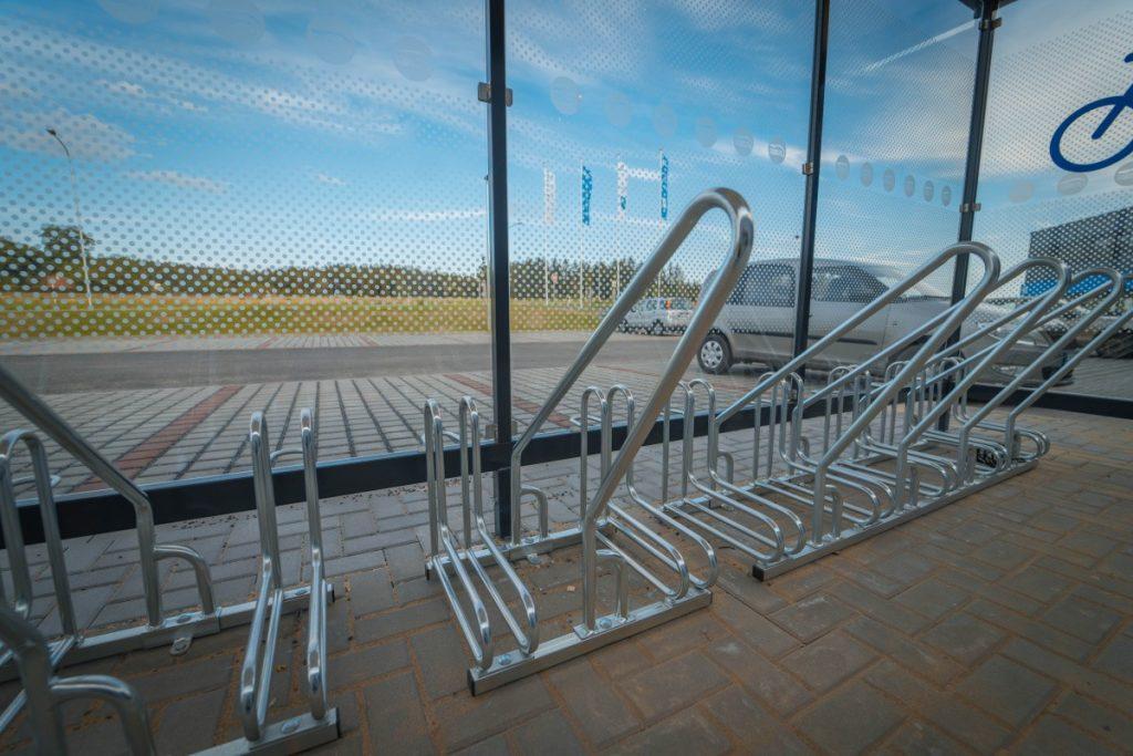 Stojany-na-bicykle-instalovane-v-pristresku-na-bicykle-bude-sluzit-pre-zamestnancov-firmy-ADOSZ