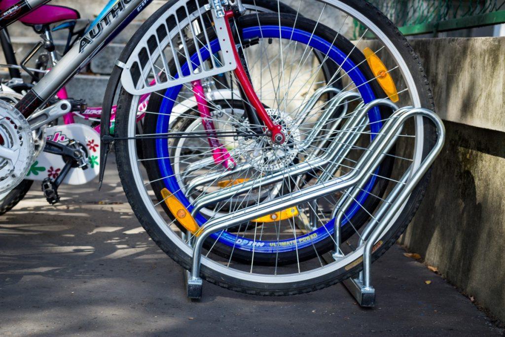 cyklostojan-na-bicykle-model-ALFA-pre-cyklopristresky